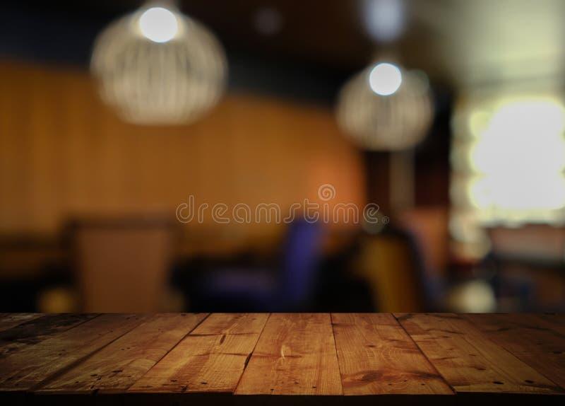 Houten lijst met vaag koffierestaurant royalty-vrije stock foto