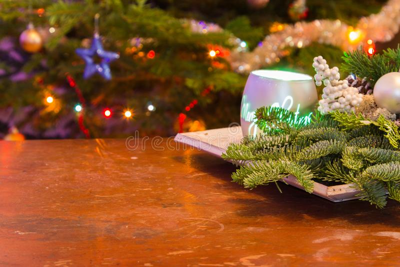 Houten lijst met van de Kerstmisdecoratie en boom lichten stock foto's