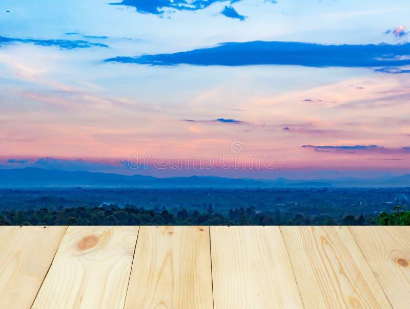 Houten lijst of terras met landschapsmening van moutain en blauwe hemel stock afbeelding