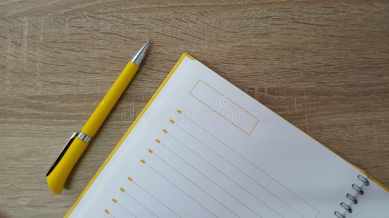Houten lijstachtergrond met pen en agenda stock foto's