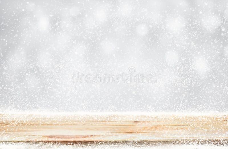 Houten lijstbovenkant met sneeuwval van wintertijdachtergrond Kerstmis royalty-vrije stock foto