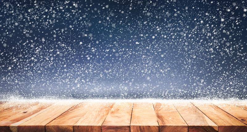 Houten lijstbovenkant met sneeuwval van wintertijdachtergrond Kerstmis