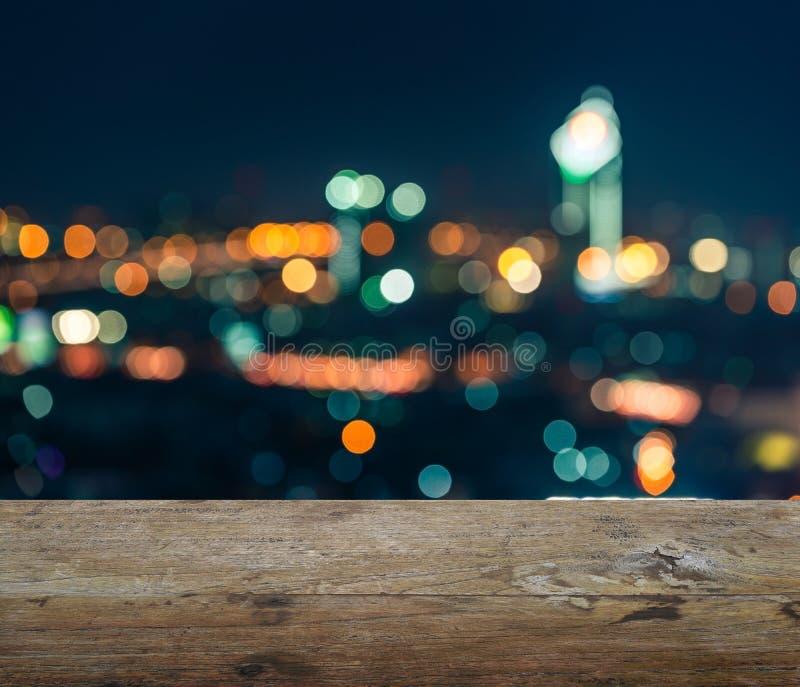 Houten lijstbovenkant met vage abstracte achtergrond van de nacht van Bangkok stock foto