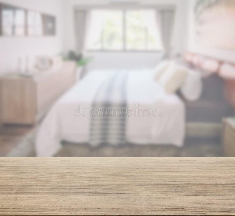 Houten lijstbovenkant met vage slaapkamer als achtergrond in klassieke stijl royalty-vrije stock foto