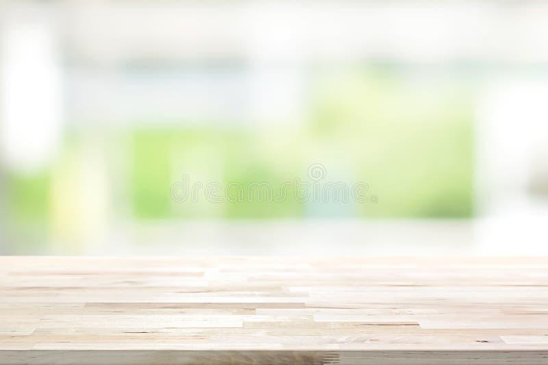 Houten lijstbovenkant op het vensterachtergrond van de onduidelijk beeld witte groene keuken stock foto