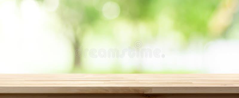 Houten lijstbovenkant op onduidelijk beeld groene achtergrond van bomen in het park royalty-vrije stock foto's