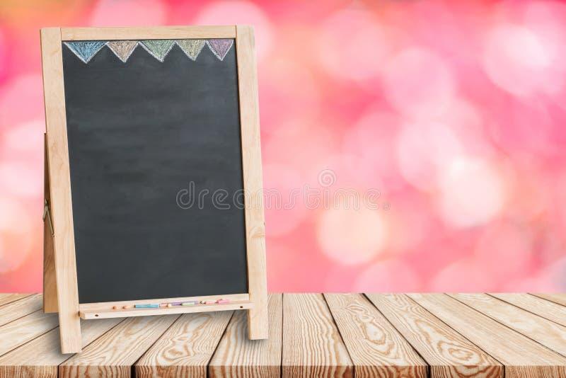 Houten lijstbovenkant op onduidelijk beeld roze achtergrond van bloem met leeg bord royalty-vrije stock afbeelding