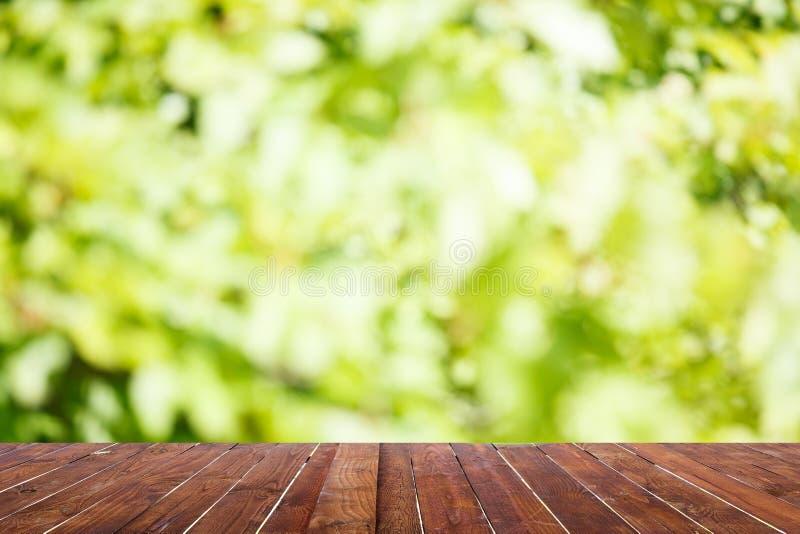 Houten lijstbovenkant op onduidelijk beeldsamenvatting groen van tuin royalty-vrije stock fotografie