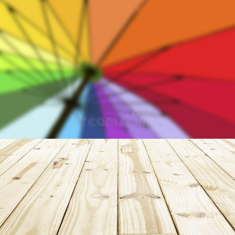 Houten lijstbovenkant op regenboog onscherpe achtergronden stock afbeelding