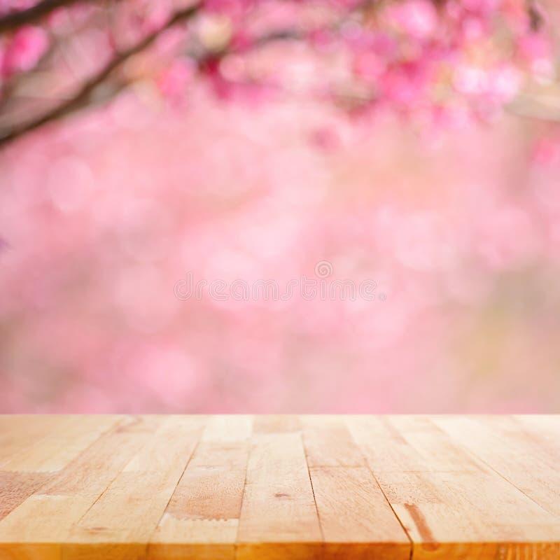 Houten lijstbovenkant op vage achtergrond van de roze bloemen van de kersenbloesem royalty-vrije stock afbeeldingen