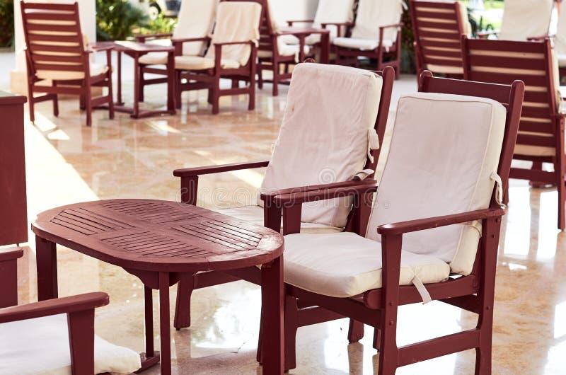 houten lijsten en stoelentribune op de straat voor rust royalty-vrije stock foto