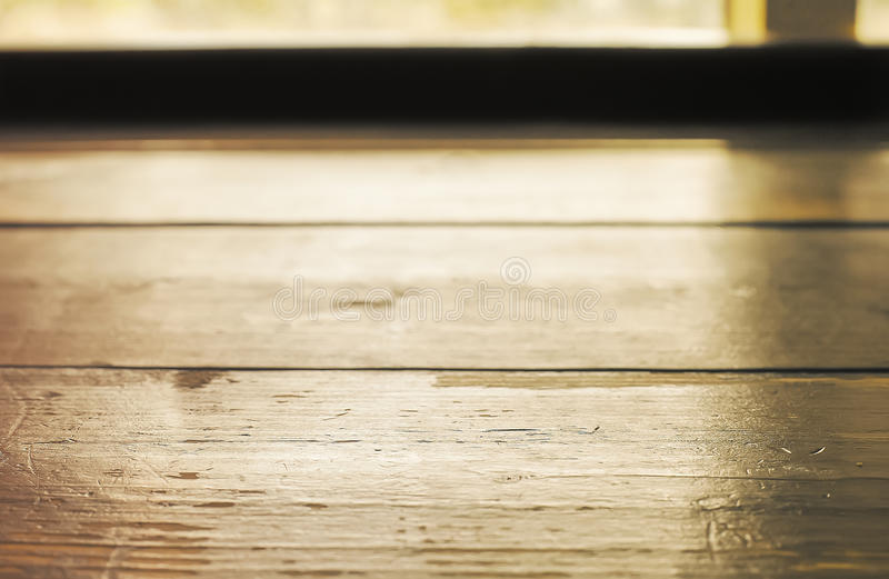 Houten lijstplank tegenover venster met zonlicht royalty-vrije stock afbeelding