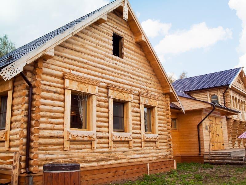 Houten logboekhuis in Russisch dorp in middenrusland stock foto