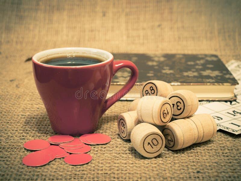 Houten lottovaten, kaarten, spaanders en kop van koffie op jute royalty-vrije stock foto
