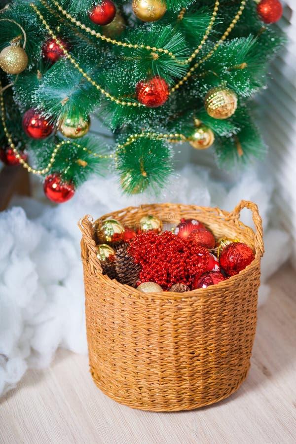 Houten mand met speelgoed in rood onder de Kerstboom stock afbeeldingen