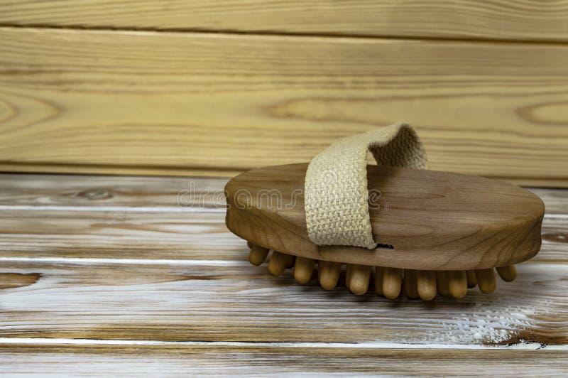 Houten massage anti-anti-celluliteborstel op een houten achtergrond royalty-vrije stock foto's
