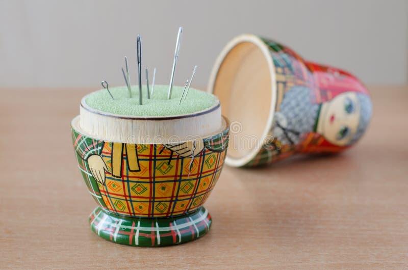 Houten matryoshka pop-speldenkussen Naaiende naald stock afbeeldingen