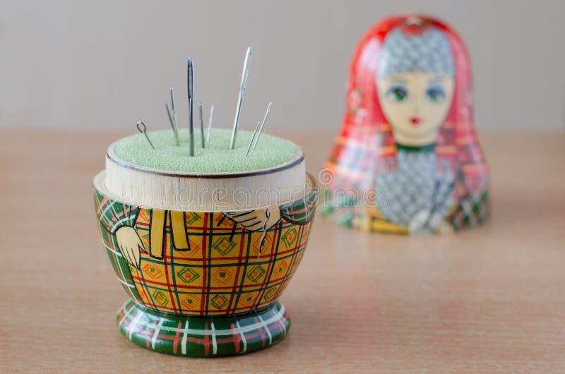 Houten matryoshka pop-speldenkussen Naaiende naald royalty-vrije stock foto