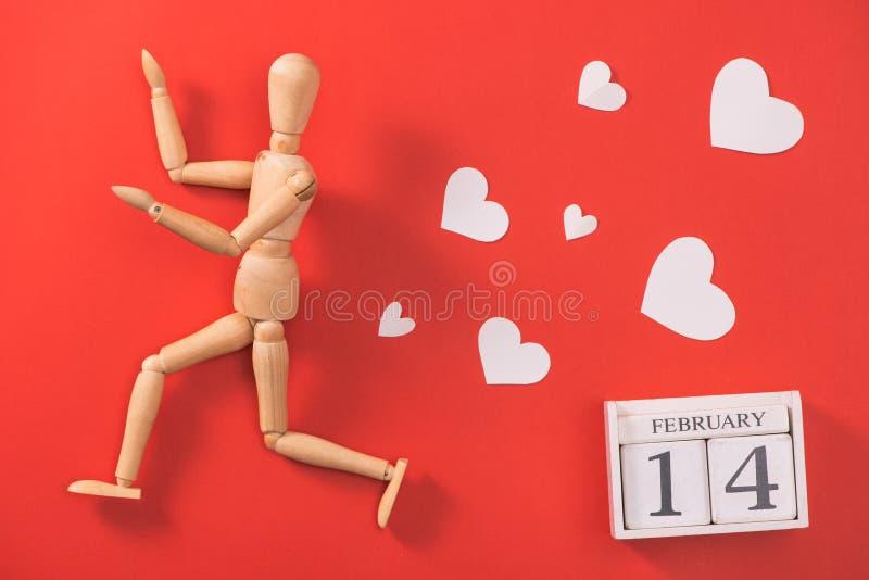 Houten mensencijfer die aan vlucht van liefde lopen royalty-vrije stock foto's