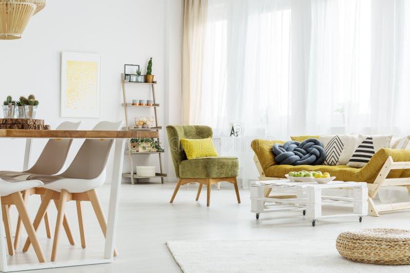 Houten meubilair in een ruimte stock afbeeldingen