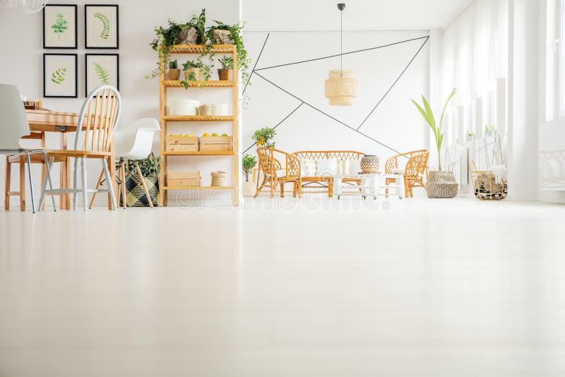 Houten meubilair in modern binnenland royalty-vrije stock foto's