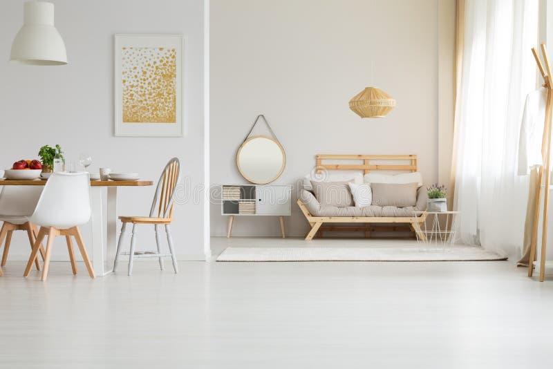 Houten meubilair in moderne stijl stock afbeelding