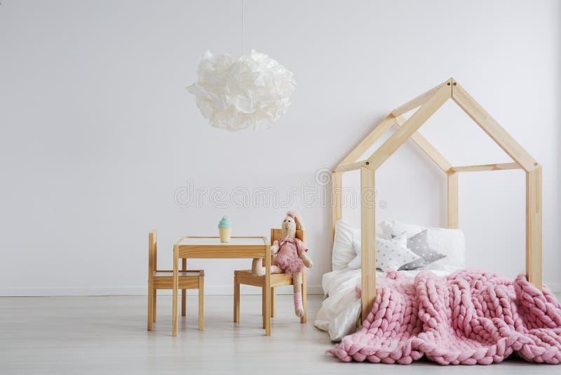 Houten meubilair voor meisjes` s ruimte royalty-vrije stock afbeeldingen