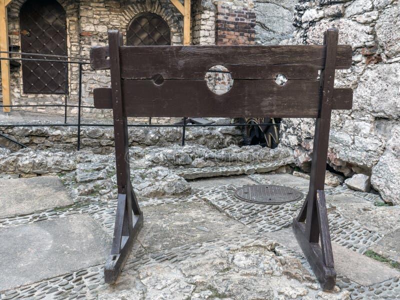 Houten middeleeuwse pillory stock afbeelding