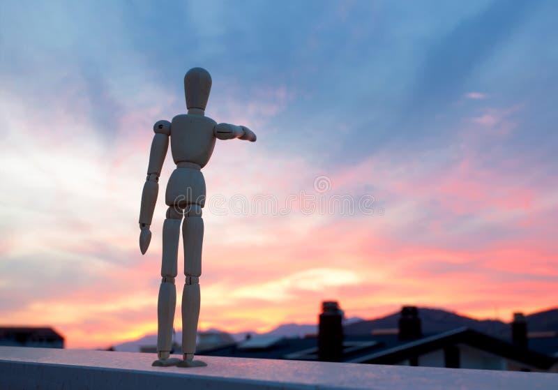 Houten model die met zijn vinger naar de horizon richten royalty-vrije stock fotografie