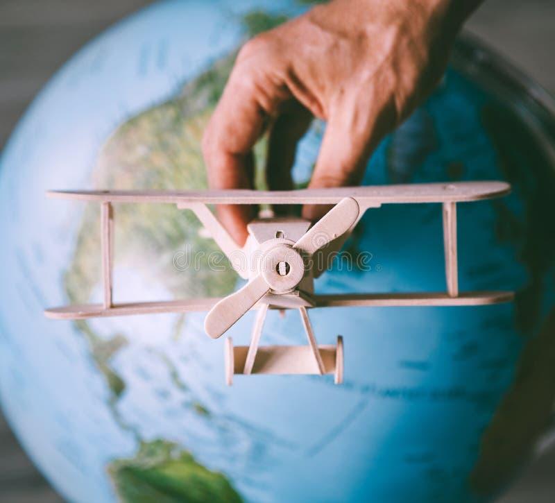 Houten model uitstekende vliegtuigvlieg dichtbij de Aardebol royalty-vrije stock foto