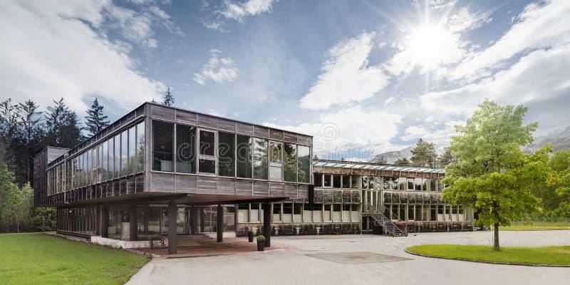 Houten modern hout passief huis royalty-vrije stock afbeeldingen