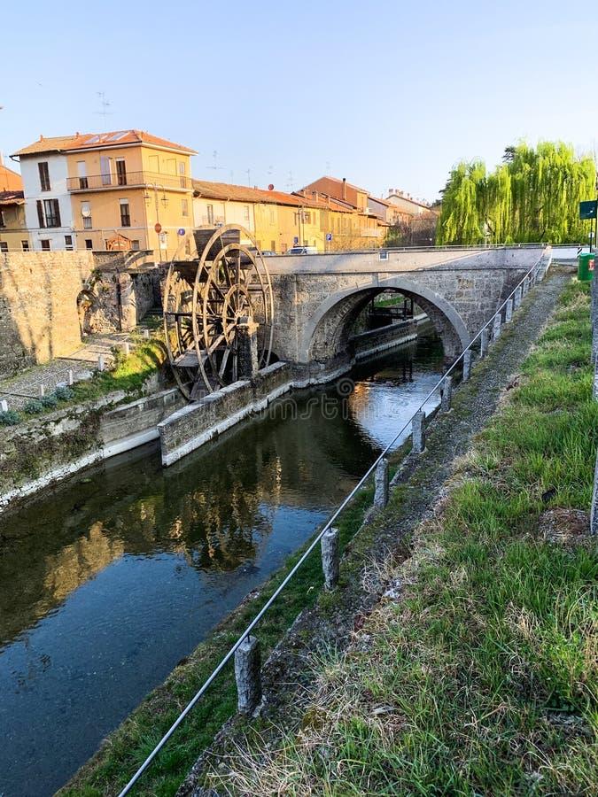 Houten molen en brug op kanaal Martesana Milaan Italië stock foto