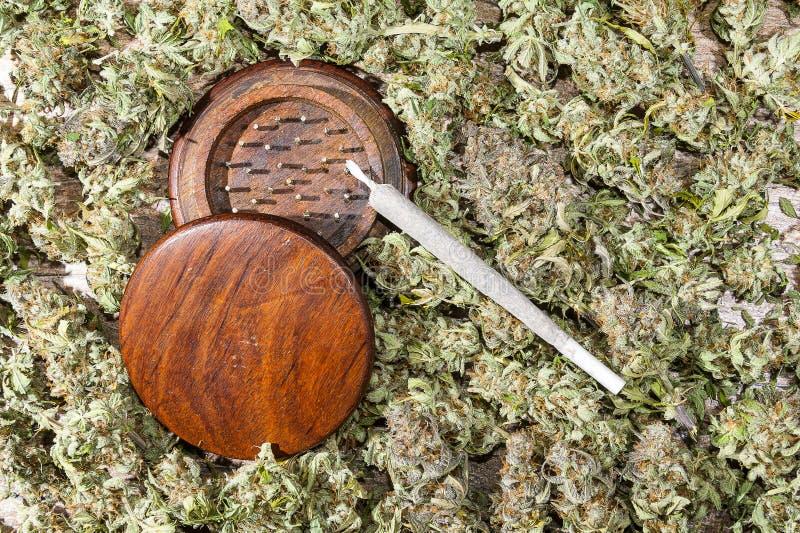 Houten molen en spliff met cannabisknoppen royalty-vrije stock afbeeldingen