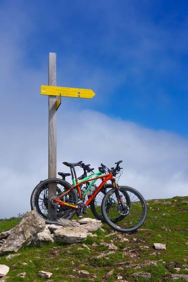 Houten MTB voorziet in berg van Baskisch Land van wegwijzers royalty-vrije stock foto