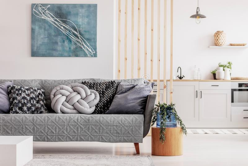 Houten mullinsmuur in heldere open planzitslaapkamer met keuken en woonkamer royalty-vrije stock foto's