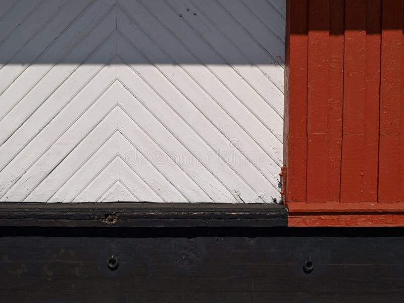 Houten muur en zwarte concrete abstracte achtergrond royalty-vrije stock afbeeldingen