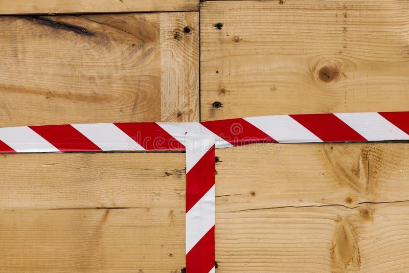 Houten muur van planken van as met een helder lint rood-wit Mooie textuur van het houten patroon Grote achtergrond voor produ stock fotografie