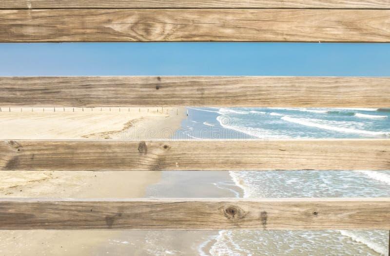 Houten omheining en strand stock afbeeldingen