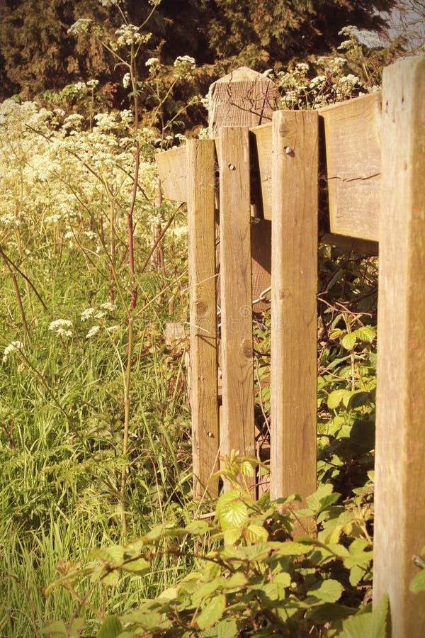 Houten omheining in het platteland stock foto's