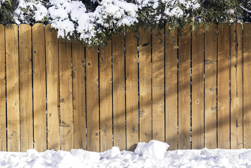 Houten omheining met sneeuw stock fotografie
