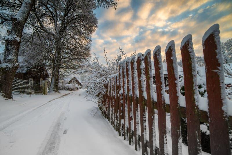 Houten omheining met sneeuw, platteland stock foto's