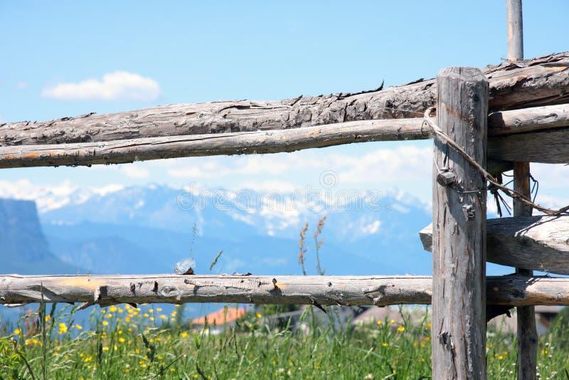Houten omheining op het bergweiland stock foto's