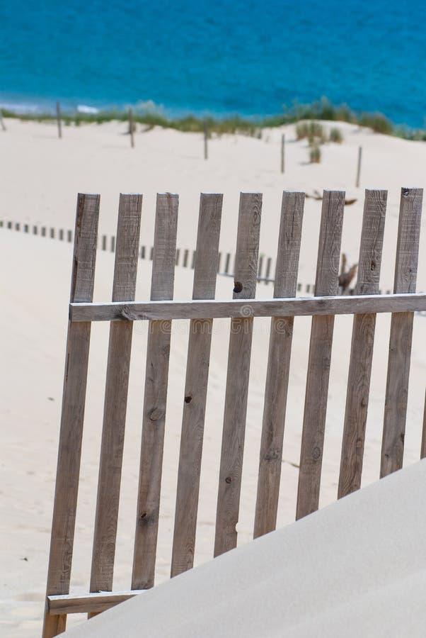 Houten omheiningen op verlaten strandduinen in Tarifa, Spanje stock foto
