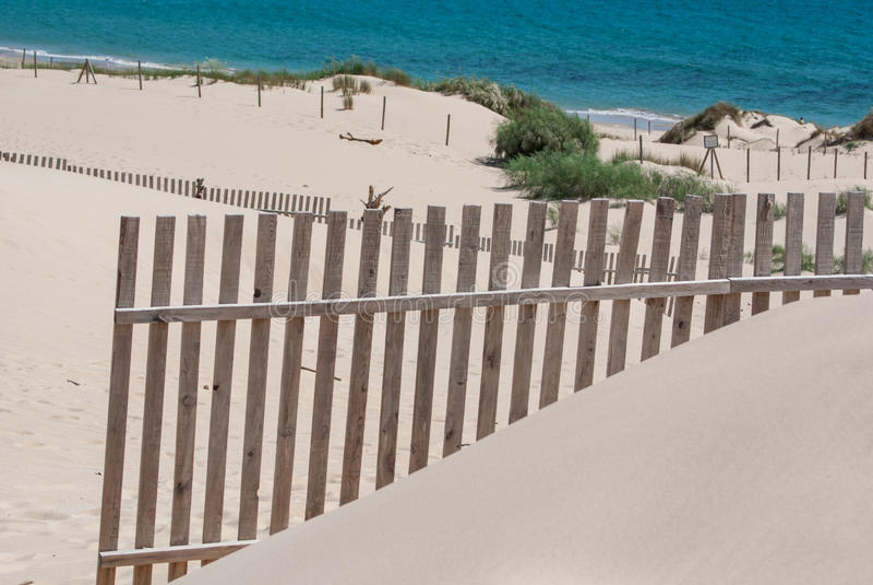 Houten omheiningen op verlaten strandduinen in Tarifa, Spanje royalty-vrije stock afbeelding