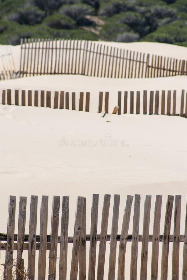 Houten omheiningen op verlaten strandduinen in Tarifa, Spanje royalty-vrije stock afbeeldingen