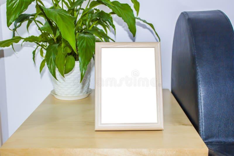 Houten omlijsting met decoratie Spot omhoog voor uw foto of tekstplaats uw werk, drukkunst, sjofele witte stijl, royalty-vrije stock afbeeldingen