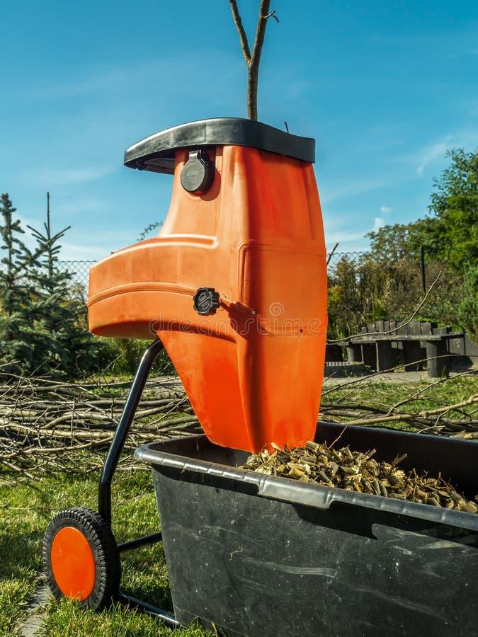 Houten ontvezelmachine met houten spaanders royalty-vrije stock afbeeldingen