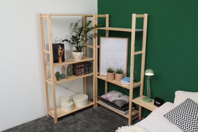 Houten opslag in modieuze slaapkamer Idee voor binnenland royalty-vrije stock afbeeldingen