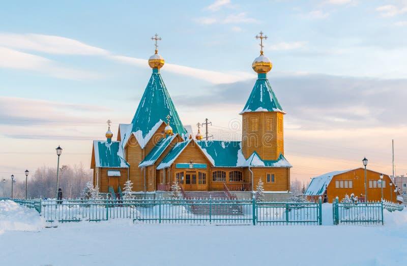 Houten Orthodoxe kerk in het noorden van Rusland in de winter stock afbeelding