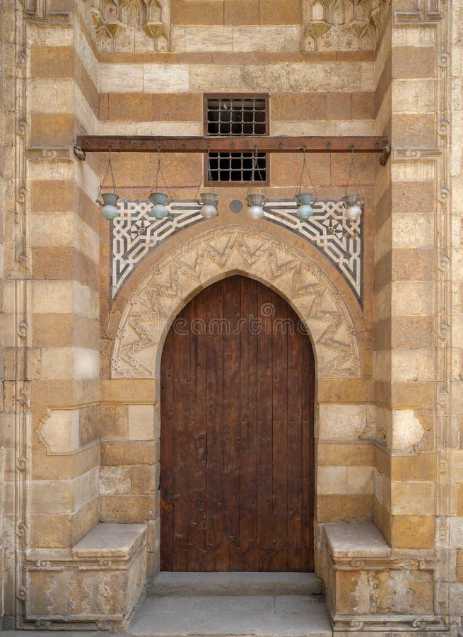 Houten oude grungedeur en steenbakstenen muur, één van de buitendeuren van de Blauwe Moskee, Bab El-Wazir District, Kaïro, Egypte royalty-vrije stock foto